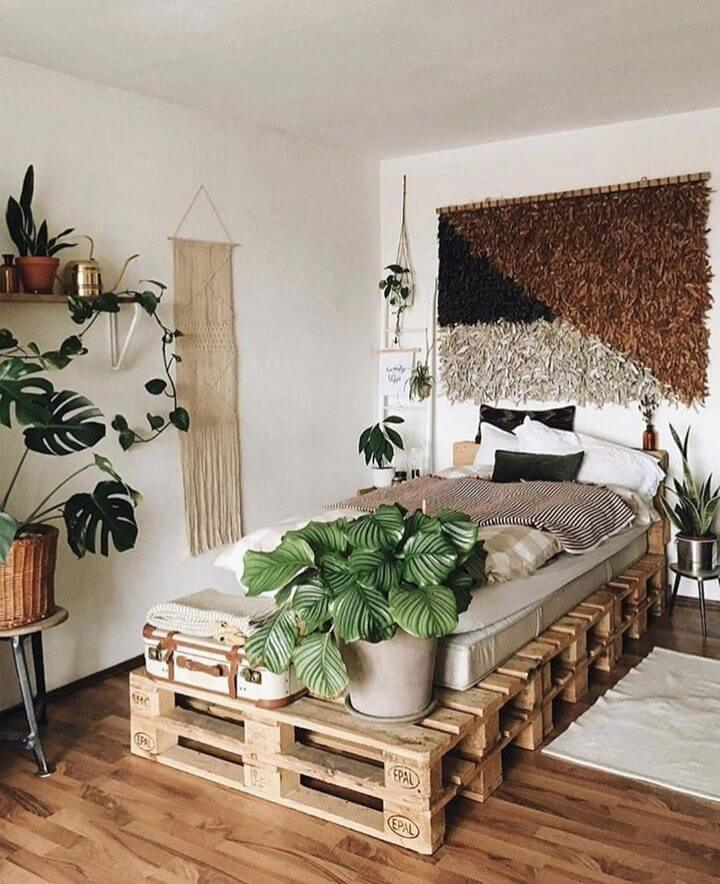 queen pallet bed made of wooden pallets